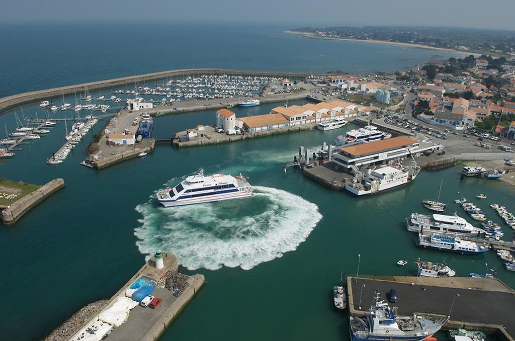 """Navires """"Le Chatelet"""" et le """"Pont d'Yeu"""" de la Cie Yeu Continent aÃÄ L'Ile d'Yeu 4-05-2007"""
