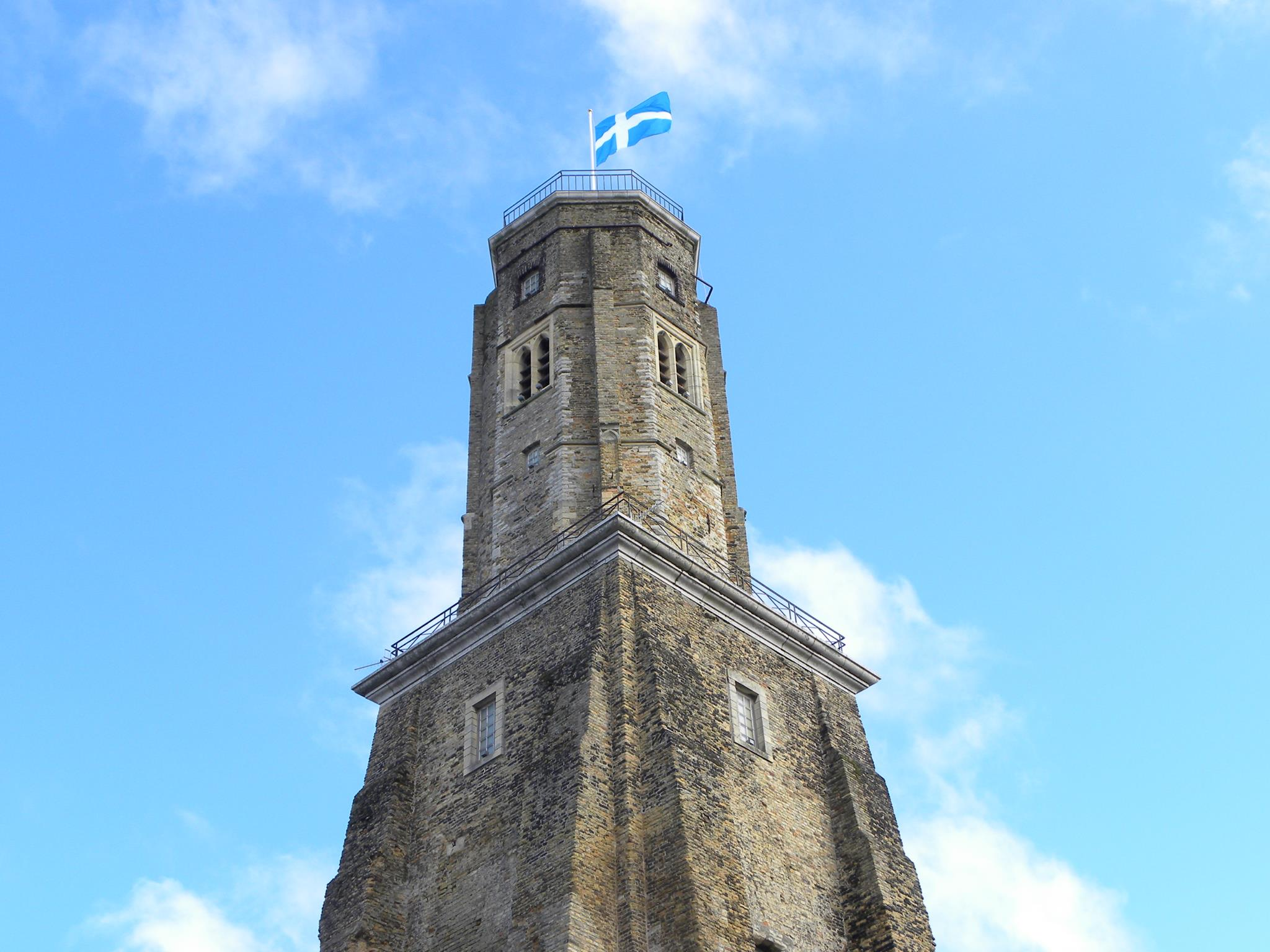 Tour-du-guet-avec-le-drapeau-de-Calais-Photo-Office-de-Tourisme-Calais-Cote-d-Opale