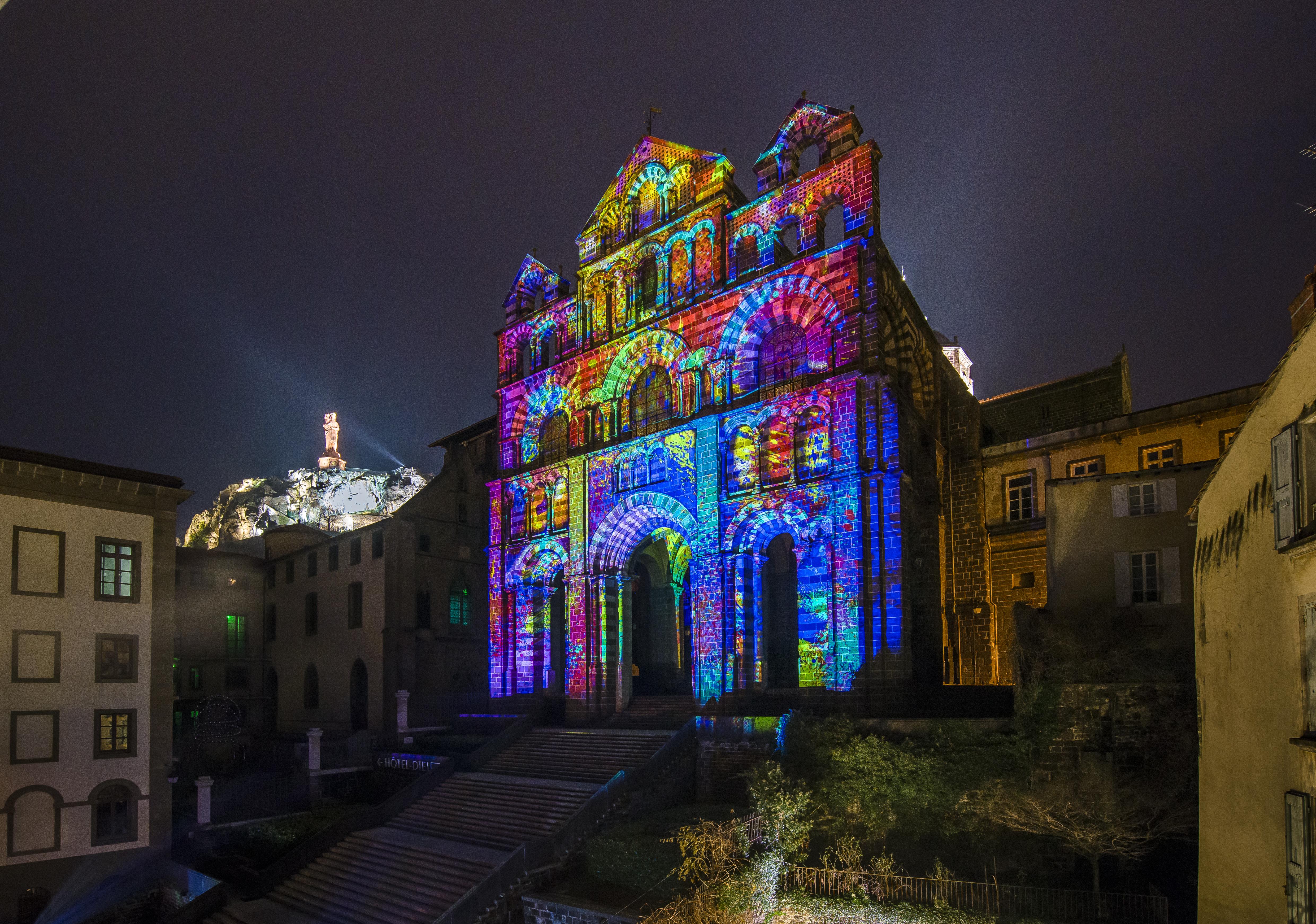 Le Puy-en-Velay - La façade de la cathédrale illuminée lors des animations Le Puy de lumière.